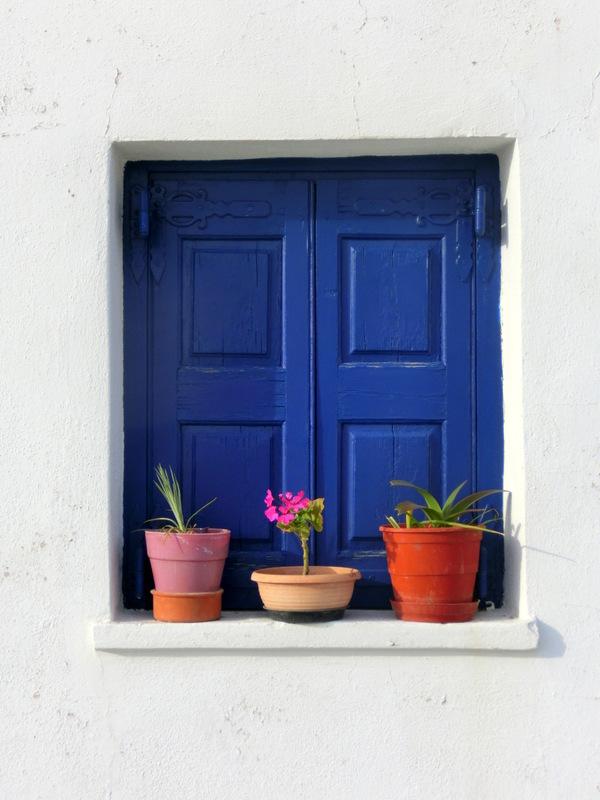Blaue Fensterlädchen in Griechenland