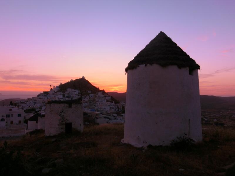 Windmühlen auf Ios im Abendhimmel