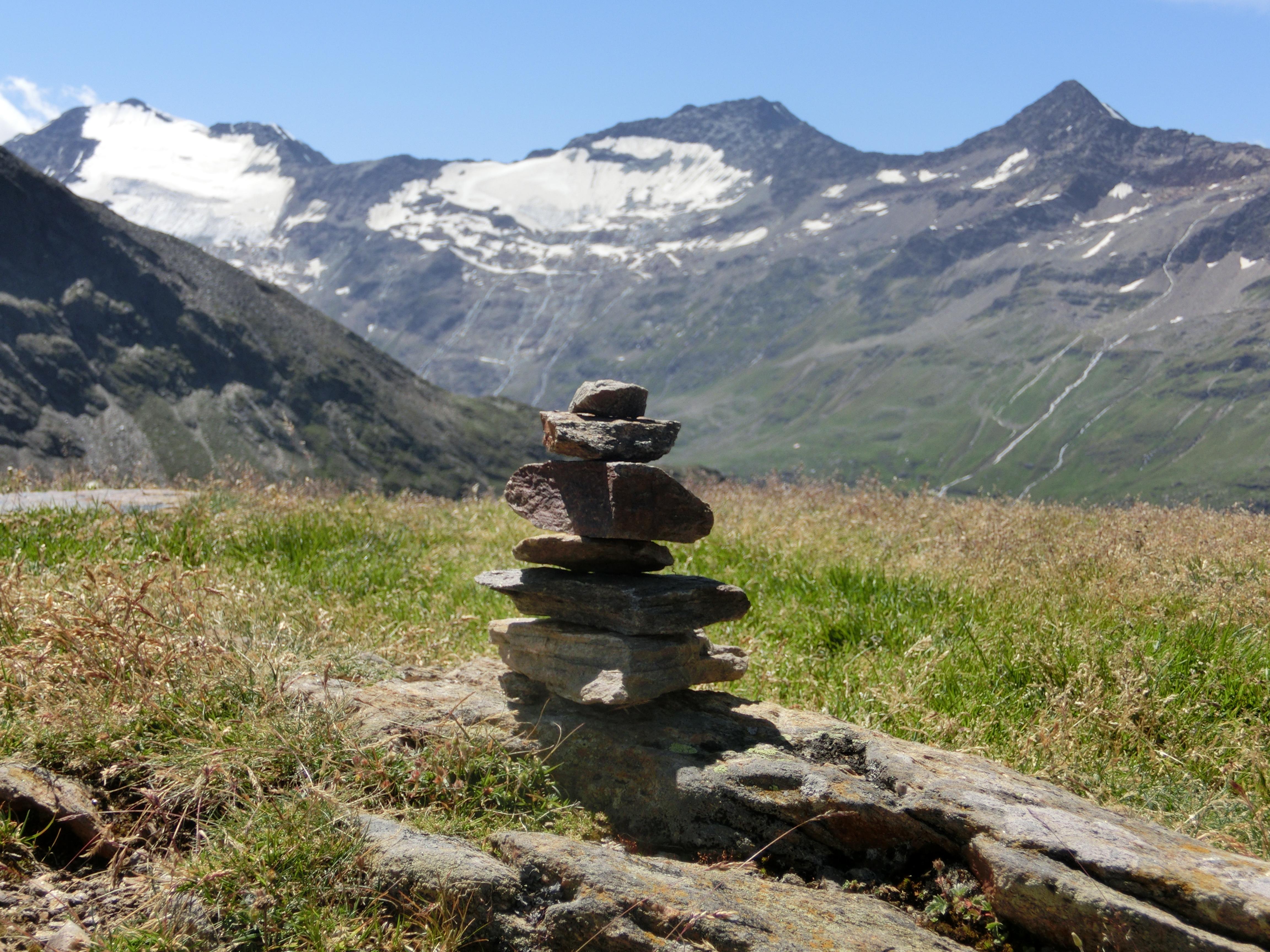 Steine vor Bergpanorama an der Hohe Mut Alm