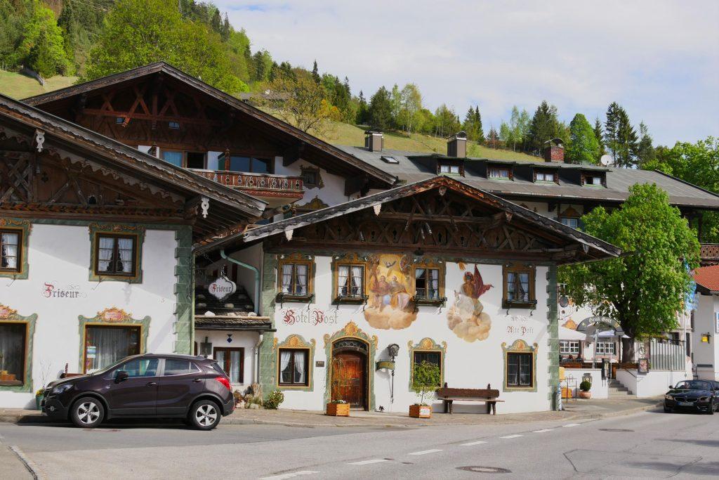 Häuser in einem bayerisches Dorf irgendwo zwischen Garmisch-Partenkirchen und dem Walchensee