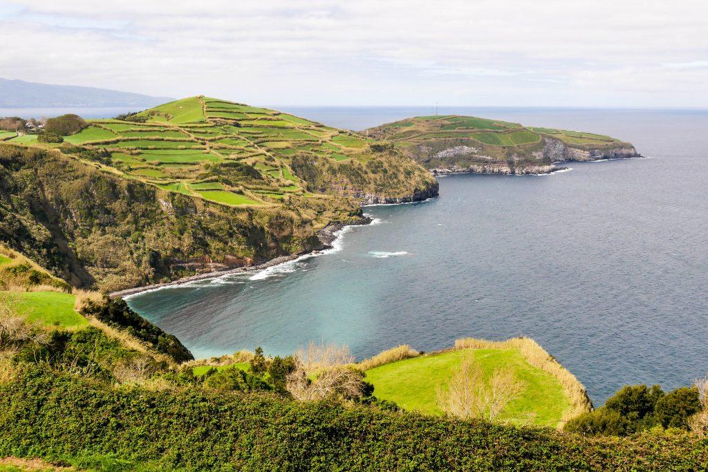 Küstenabschnitt auf São Miguel inmitten des Atlanktik