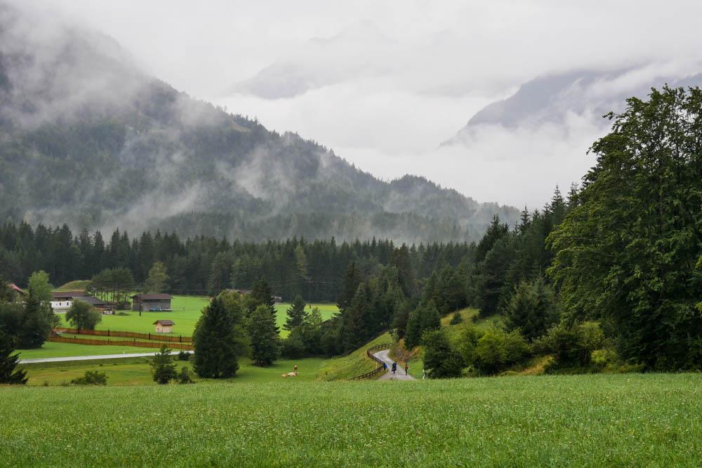 Weißenbach in Wolken und Regen